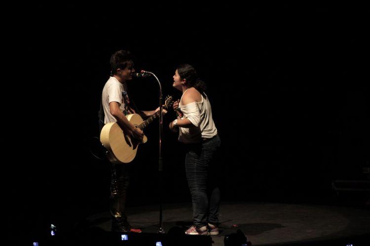 Aos prantos, uma fã subiu no palco e dançou ao lado de Pe Lu e Pe Lanza ela cantou a canção