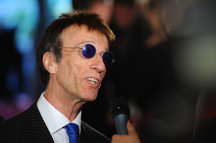 Os shows que Robin Gibb iria fazer em Porto Alegre e São Paulo em dezembro foram adiados para abril. O ex-Bee Gees foi submetido a uma cirurgia emergencial no pâncreas e não pôde vir ao país. As novas datas estão marcadas para o dia 9 de abril na capital paulista e dia 10 na capital gaúcha