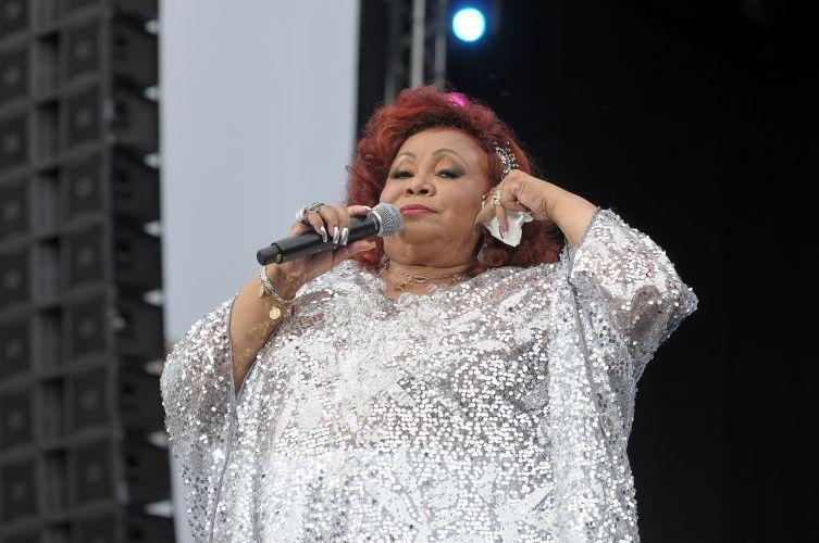 A cantora Alcione se apresenta no começo da festa de Ano Novo no Rio de Janeiro