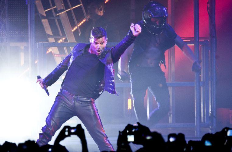 Com trajes de couro, o cantor porto-riquenho Ricky Martin interpreta