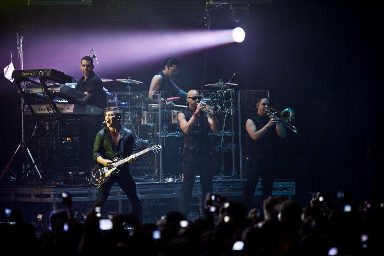 Acompanhado de vigorosa banda, o cantor porto-riquenho Ricky Martin abre o show