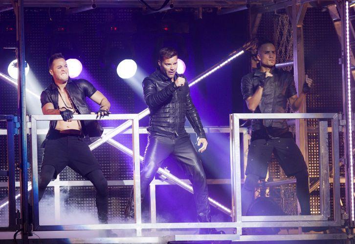 Cercado por bailarinos sarados, o cantor porto-riquenho Ricky Martin abre o show