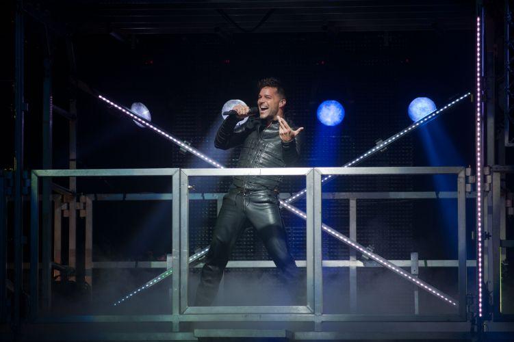 Muito aplaudido pela plateia, o pospstar latino agradeceu a presença dos fãs