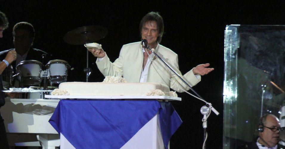 O cantor Roberto Carlos ganha bolo em show no Maracanãzinho, Zona Norte do Rio de Janeiro. O cantor comemorou 71 anos em apresentação, que começou com a música