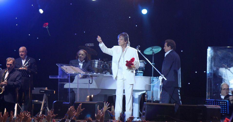 O cantor Roberto Carlos joga rosas em apresentação no Maracanãzinho, Zona Norte do Rio de Janeiro. No show, o cantor comemorou seu aniversário de 71 anos com bolo (19/4/12)