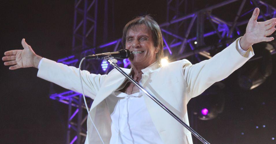 O cantor Roberto Carlos faz apresentação no Rio de Janeiro e aproveita para comemorar seu aniversário de 71 anos (19/4/12)