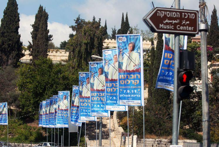 Cartazes espalhados anunciam o show de Roberto Carlos na próxima quarta-feira (7), em Jerusalém (3/9/11)