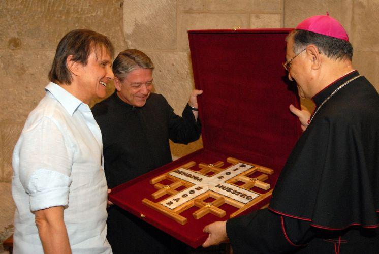 Roberto Carlos recebe a a comenda Cruz de Jerusalém, uma homenagem do Monsenhor Fouad Twal, autoridade máxima da Igreja Católica em Jerusalém (2011)