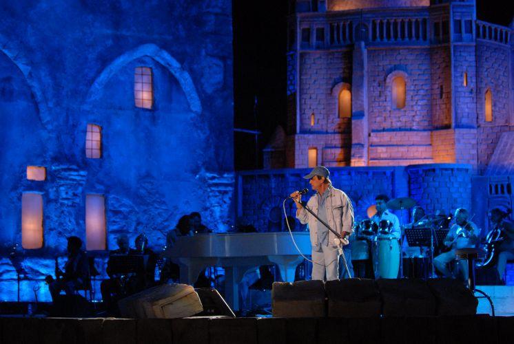 Na véspera do seu show, que ocorre nesta quarta-feira (7), Roberto Carlos faz o ensaio geral no palco do Sultan's Pool, principal espaço de shows em Jerusalém.