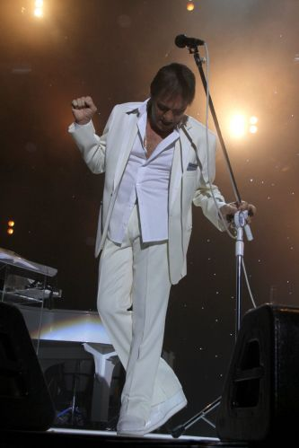 O cantor Roberto Carlos canta os sucessos de mais de 50 anos de carreira durante apresentação no Rio de Janeiro (8/12/11)