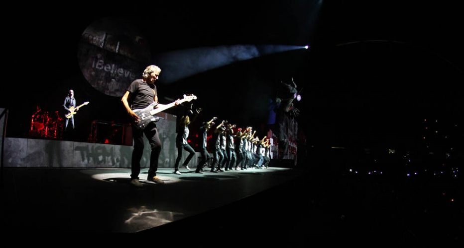 Roger Waters canta
