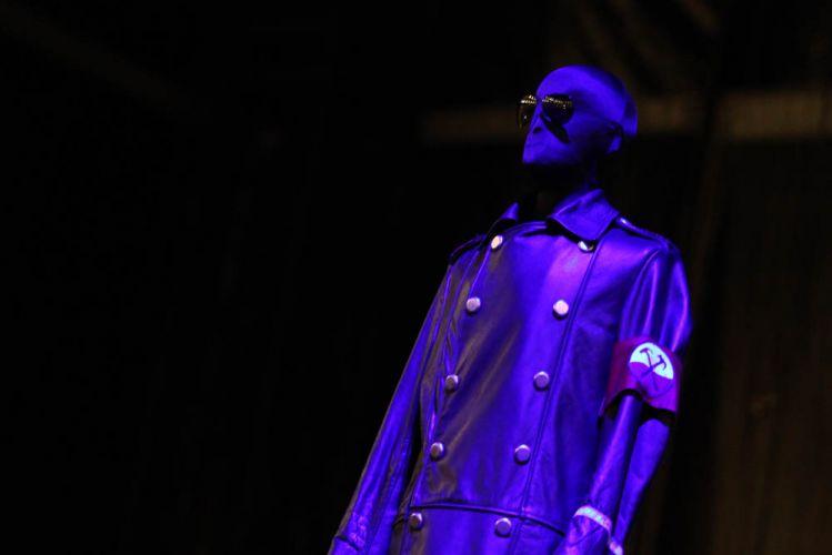 Manequim veste roupa que será usada por Roger Waters antes do show do cantor e baixista no Engenhão, no Rio de Janeiro (29/3/12)