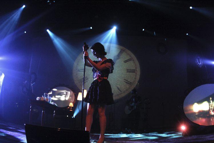 Sandy durante show no palco do Citibank Hall, em São Paulo; repertório da apresentação contou com canções como