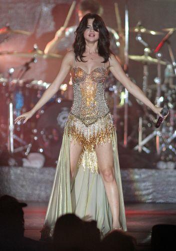 Com performances sensuais, Selena Gomez faz show no