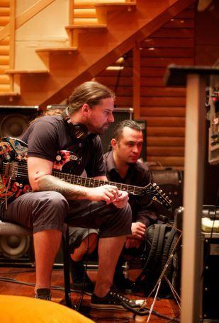 Andreas Kisser e Roy Z (Judas Priest, Halford, Bruce Dickinson, Helloween) em gravação nos Estúdios Trama, em SP (7/6/11)