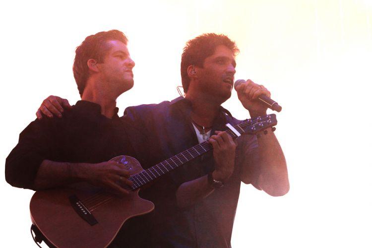 Dupla Victor & Léo se apresenta no segundo dia do Sertanejo Pop Festival, em São Paulo. Nove atrações foram divididas em dois dias de evento (14/8/11), que retorna a São Paulo após ter uma edição em Belo Horizonte