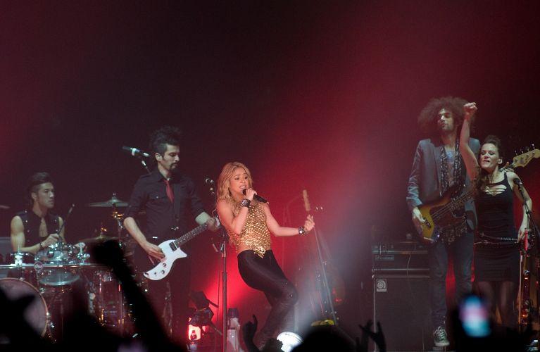 A cantora Shakira e sua banda durante apresentação em Barcelona para promover o disco novo