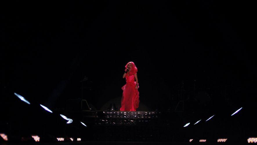 A colombiana Shakira canta sucessos antigos e músicas do disco novo