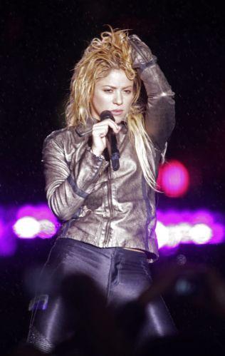 A cantora colombiana Shakira se apresenta vestindo casaco em show na Romênia (07/05/2011)