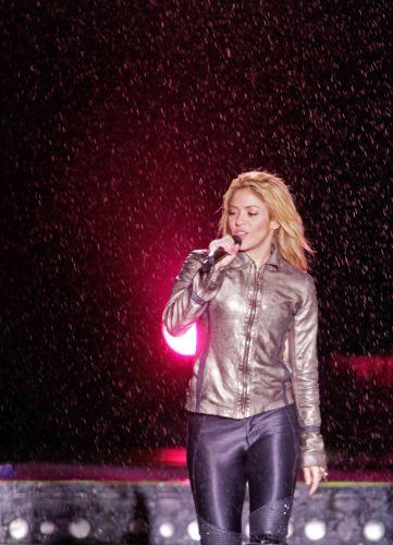 A cantora colombiana Shakira canta debaixo de chuva em apresentação em Bucareste, Romênia (07/05/2011)