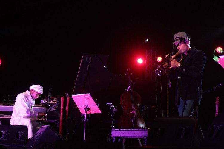 O compositor Omar Sosa e o instrumentista Jaques Morelenbaum se apresentam no festival de música latina em São Paulo (25/8/11)