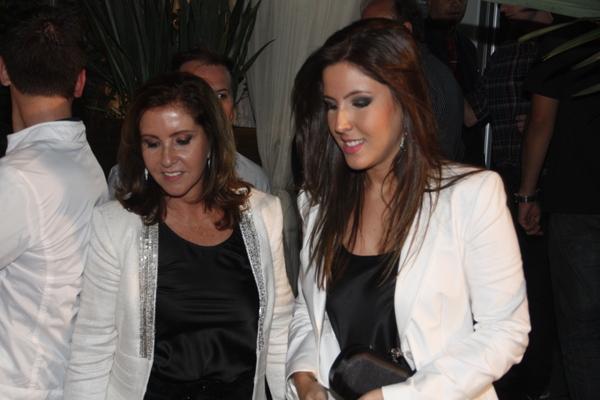 Marisa e Paula Chaves, respectivamente mãe e irmã do cantor Victor, chegam para a gravação do DVD