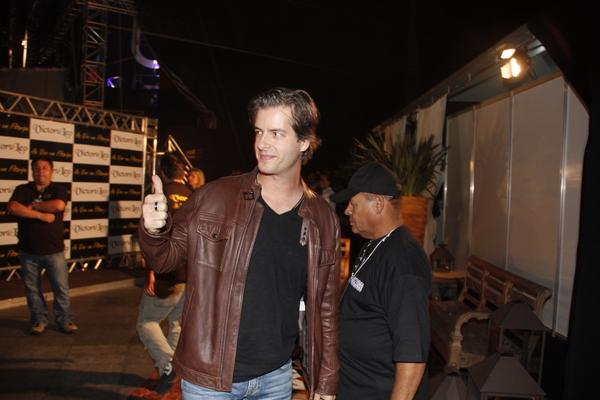 Victor acena antes do começo do show de gravação do DVD