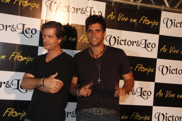 A dupla Victor & Leo posa para fotos antes do show de gravação do DVD