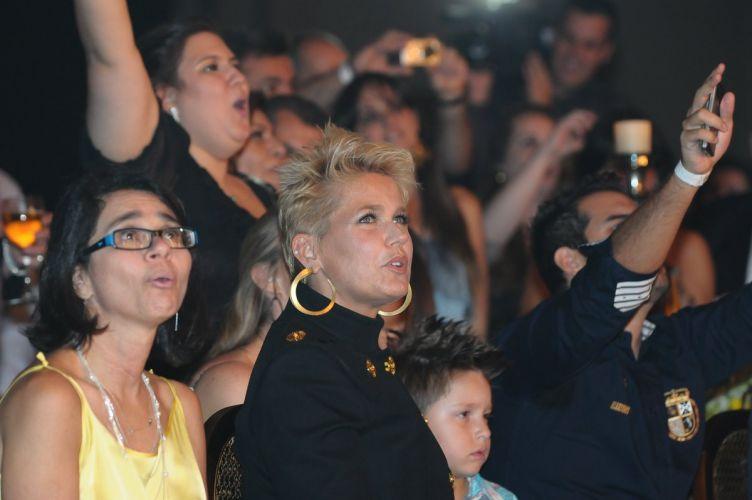Mesmo tendo chegado no final do evento, discretamente e no escuro, Xuxa virou o centro das atenções. De brincadeira, Victor deu uma bronca na apresentadora por conta do atraso, e disse:
