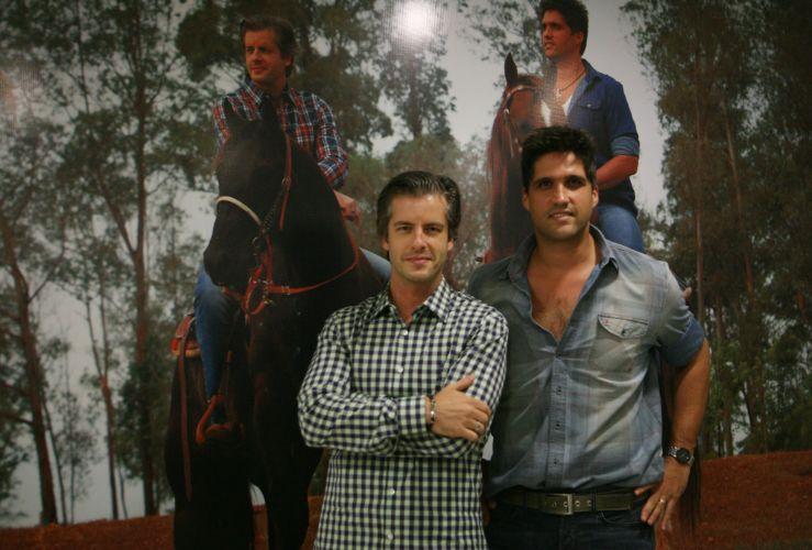 Victor e Leo posam para foto antes de se apresentarem no Credicard Hall, em São Paulo (15/12/11) Dupla encerra a turnê de