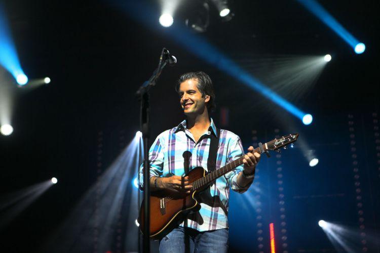 Leo, da dupla Victor e Leo, durante apresentação em São Paulo. Sertanejos encerram a turnê de
