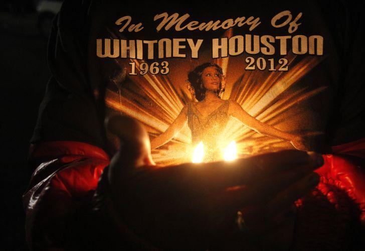 Fãs fazem vigília ao lado de fora do funeral da cantora Whitney Houston, em Newark, New Jersey, cidade onde a cantora nasceu (13/2/12)