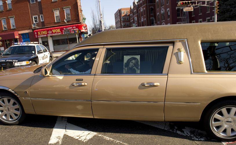 Carro fúnebre transporta o corpo da cantora Whitney Houston, morta no último sábado (11). Velório será em uma cerimônia privada, em Nova Jersey (EUA)