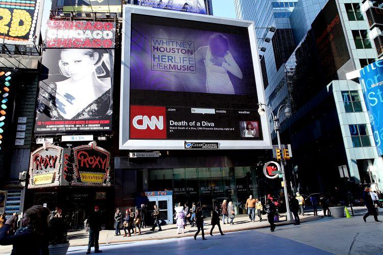 Homenagem à Whitney Houston em telão no Times Square, em Nova York, Estados Unidos