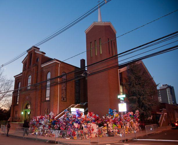 Fãs de Whitney Houston improvisam memorial próximo à igreja New Hope, em Newark, onde se realiza o velório da cantora