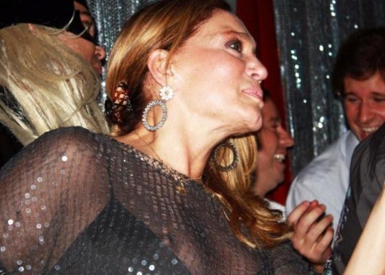 Susana Vieira deixa o seio à mostra em festa em SP