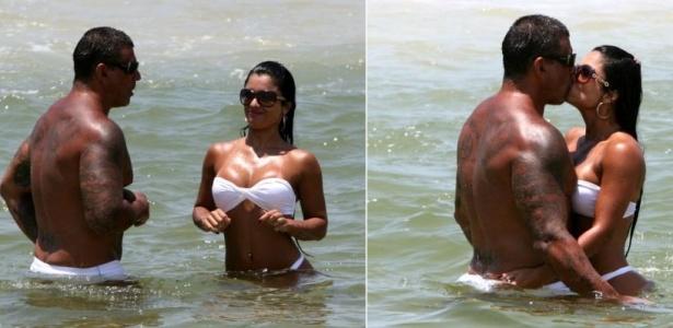 Alexandre Frota e Dani Sperle são visto aos beijos em praia carioca (26/12/09)