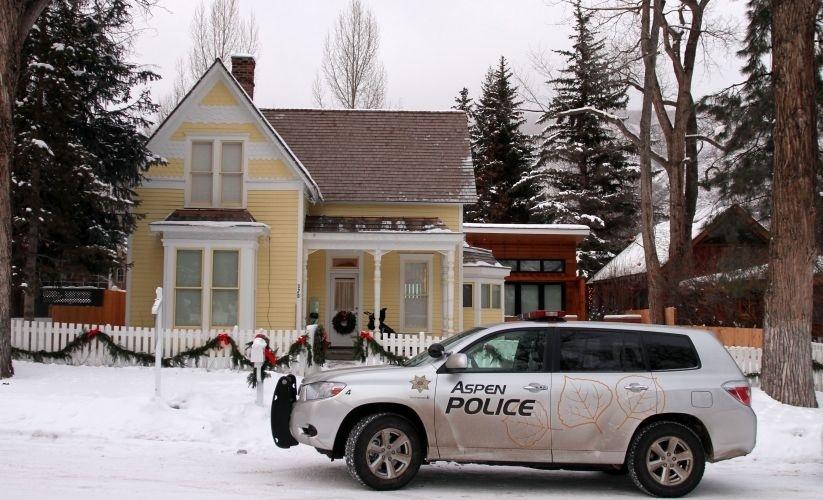 Polícia chega à casa de Charlie Sheen em Aspen, no dia de Natal (25/12/09)