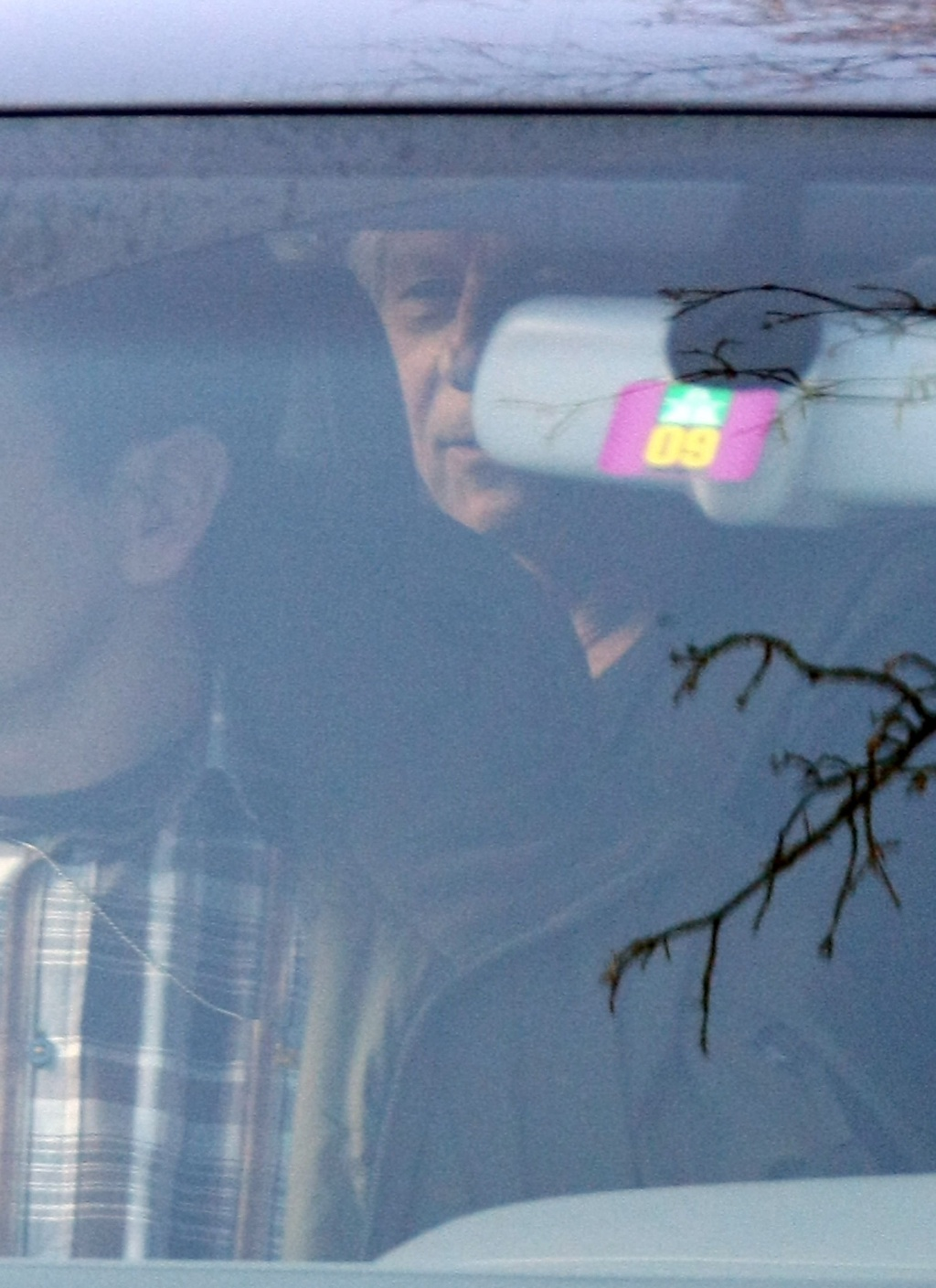 Roman Polanki é levado pela polícia para seu chalé em Gstaad, na Suíça, onde cumpre prisão domiciliar (4/12/09)