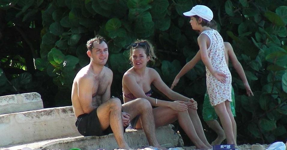 Jude Law, Sienna Miller e os filhos do ator em praia do Caribe (27/12/2009)
