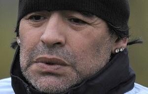 Diego Maradona com os brincos apreendidos pela polícia italiana