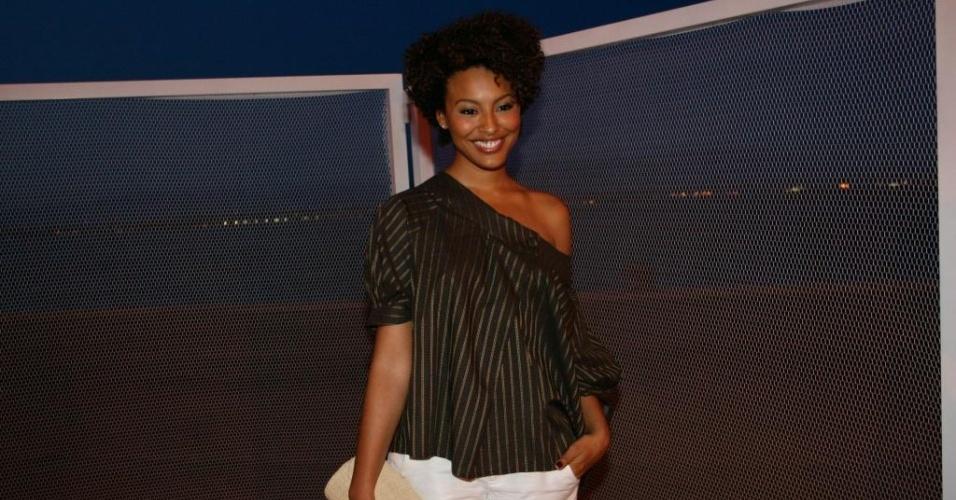 Atriz Sheron Menezes circulando pelo Fashion Rio 2010