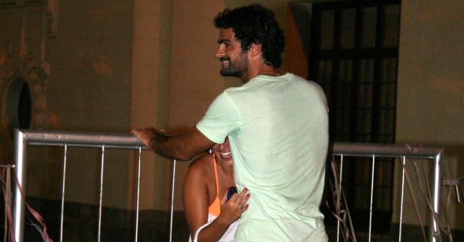 Fernanda Paes Leme se esconde atrás do piloto de stock car Thiago Camilo no Jockey Club do Rio (10/1/2010)