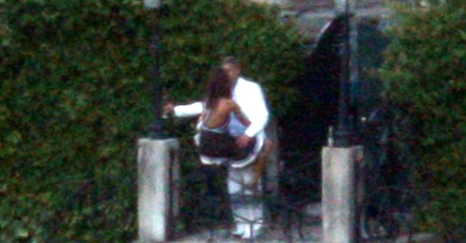 George Clooney beija Elisabetta Canalis no jardim da propriedade do ator, chamada Villa Oleandra e situada ao redor do Lago de Como (norte da Itália)