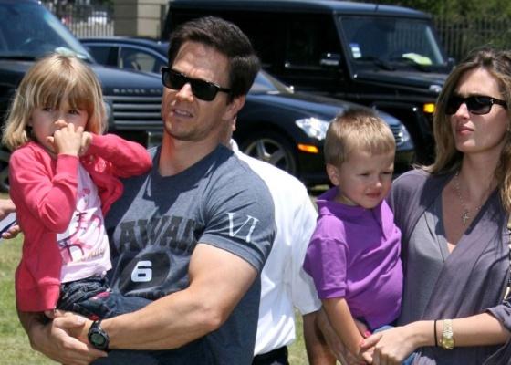 Mark Wahlberg, a mulher Rhea Durham, e dois dos quatro filhos do casal, Ella Wahlberg e Michael Wahlberg (8/6/2009)