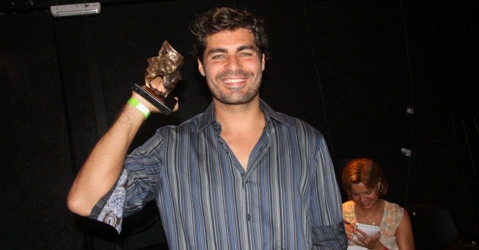 O ator Thiago Lacerda posa com seu troféu no Prêmio Contigo de Teatro no Rio de Janeiro (7/12/2009)