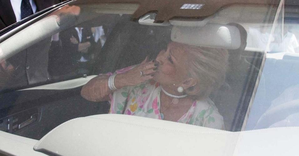 A apresentadora Hebe Camargo acena para fãs ao deixar hospital em SP (20/1/2010)