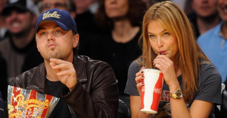 Leonardo DiCaprio e a modelo Bar Refaeli voltaram a namorar e fizeram a 1ª aparição pública no jogo de basquete entre Los Angeles Lakers x Orlando Magic, em LA (19/1/2010)