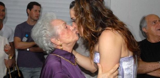 Claudia Raia dá selinho na mãe, Odette Motta, de 87 anos, nos bastidores da peça