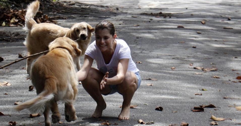 Alinne Moraes brinca com seus cães Aurora e Artur no Rio de Janeiro (28/1/2010)